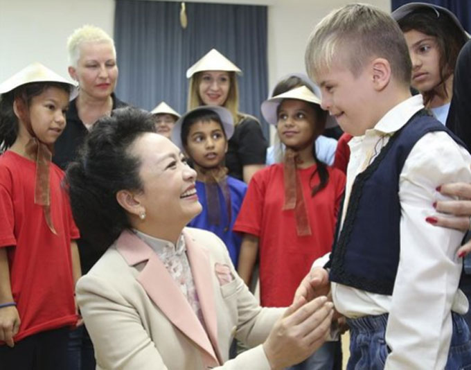 Peng Liyuan Pays a Visit in Belgrade for Special Education School